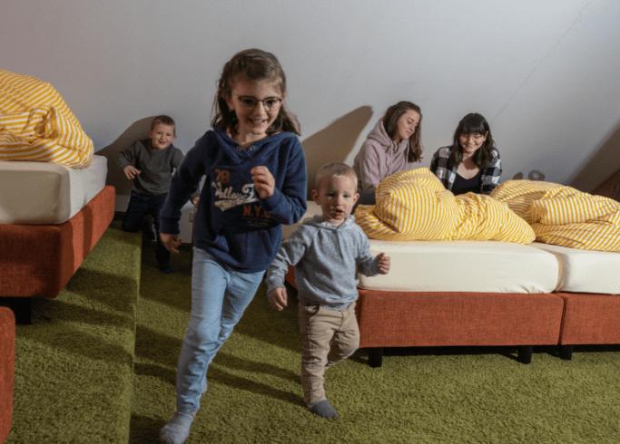 Spielende Kinder in einer unserer Ferienwohnungen